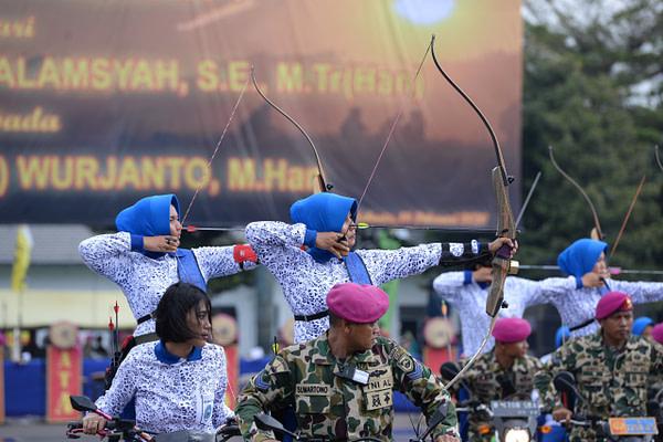 Jalasenastri Korps  Marinir Unjuk Kecakapan Memanah