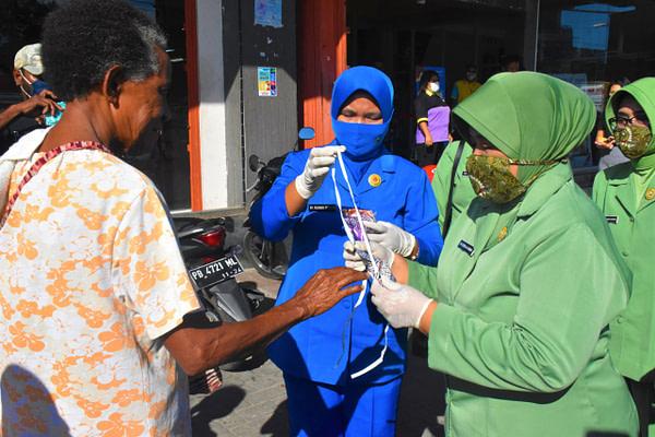Dharma Pertiwi Daerah P Bagikan Ratusan Masker kepada Warga