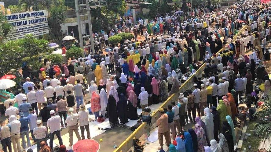 Ribuan Massa Pendemo MK Gelar Salat Zuhur Berjamaah Di Jalan Menjelang Pembacaan Putusan sidang Perkara Sengketa Hasil Pilpres 2019