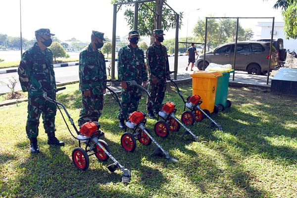 Danmenart 2 Marinir Selaku Ketua MSC Surabaya Serahkan Unit Mesin Rumput