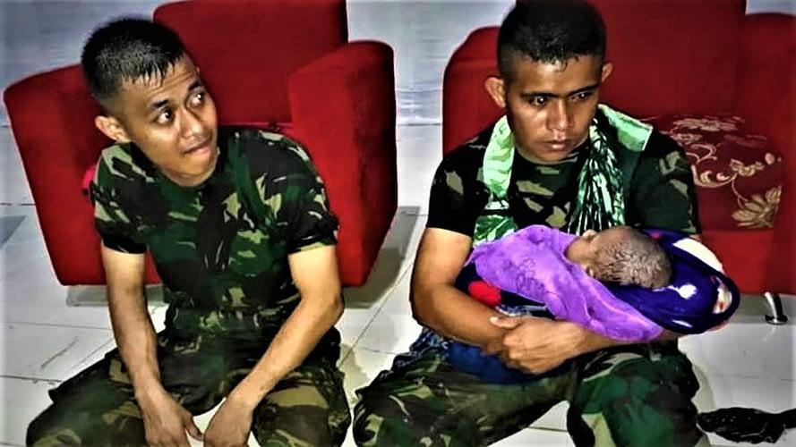 Anggota TNI  Menyelamatkan Bayi Usia 5 Bulan Suku Asli Papua