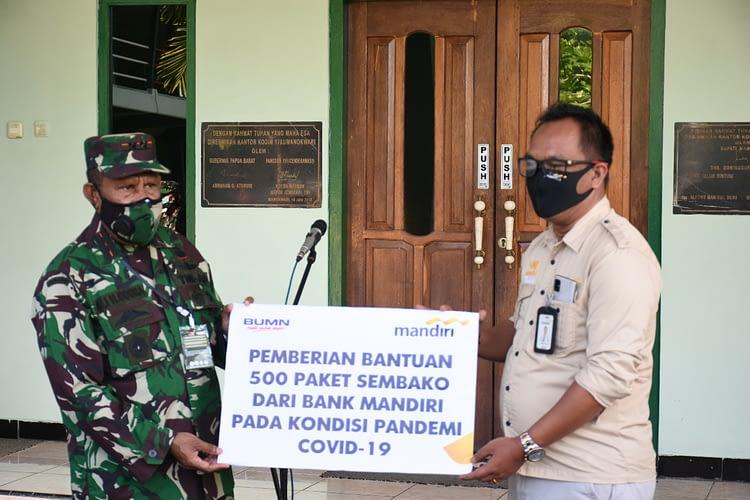 Bakti Sosial Peduli Covid-19, Pangdam XVIII/Kasuari Bagikan Paket Sembako