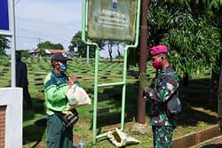 Pekerja TPU Kampung Kandang Terima Paket Sembako dari Prajurit Pasmar 1