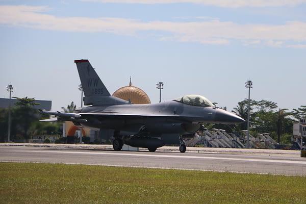 Penerbang F-16 TNI AU-USPACAF Jalani Misi Air to Air Maneuver