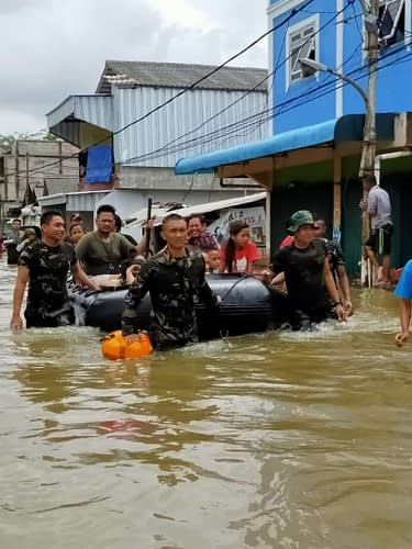 Heroik Satgas Banjir Pasmar 1 Evakuasi Warga Kalideres