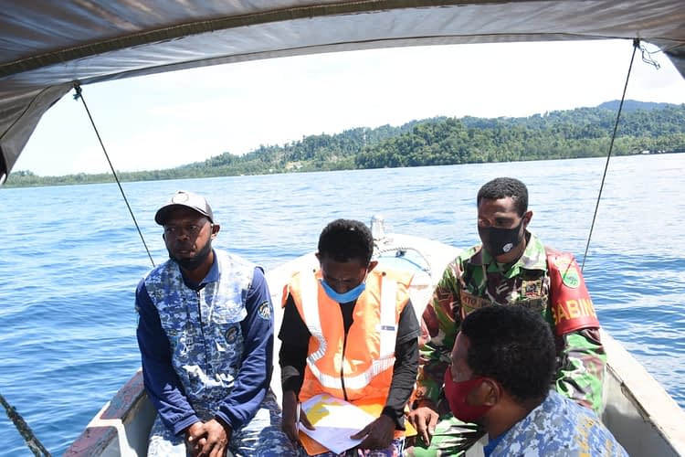 Disela-sela Bantu TMMD, Babinsa Warsambin Dampingi Patroli Laut Tim Jaga Laut Teluk Mayalibit