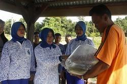Ketua Cabang Korcab Pasmar 3 Tabur Benih Ikan Nila