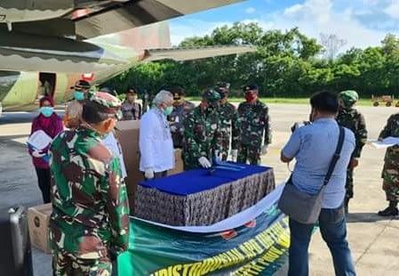 Prajurit TNI Distribusi APD Tepat Sasaran