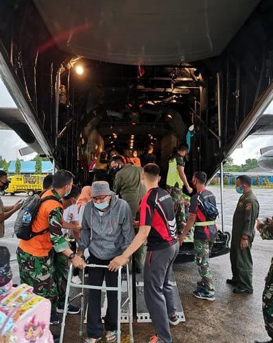 Dukung Percepatan Pemulihan Bencana Alam, TNI AU Angkut Personel dan Bantuan