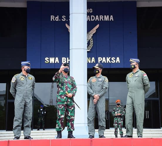 Kapolri Terima Wing Penerbang Kehormatan Kelas 1 TNI AU