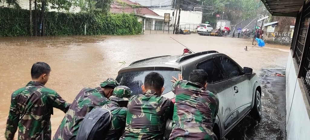 Prajurit Marinir TNI AL Evakuasi Warga