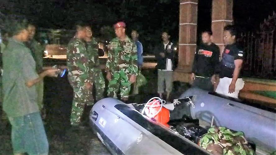 MENEMBUS KEGELAPAN TIM SAR MARINIR TNI AL DISTRIBUSIKAN LOGISTIK