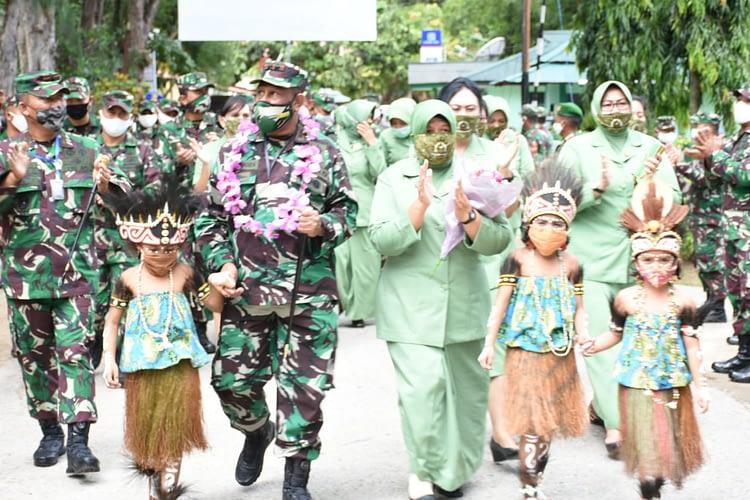 Pangdam XVIII/Kasuari dan Ketua Persit KCK PD XVIII/Kasuari Kunjungi Tiga Wilayah di Papua Barat
