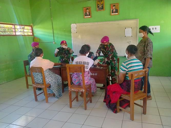 Tim Medis Batalyon Kesehatan Marinir TNI AL Proaktif Dalam Menangani Pengobatan bagi Korban Bencana Banjir Bandang di NTT