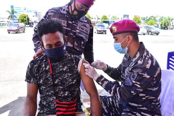 Gandeng Puskesmas Mariat, TNI AL Kembali Gelar Serbuan Vaksinasi Kepada Masyarakat Maritim