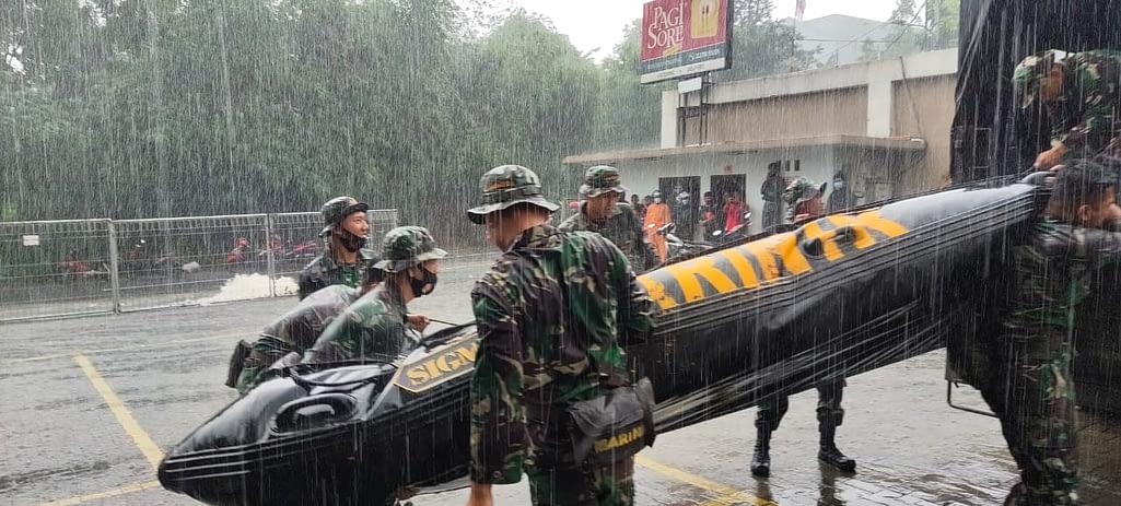 Satgas Banjir Korps Marinir TNI AL Terjunkan Prajuritnya Hadapi Banjir di Jabodetabek