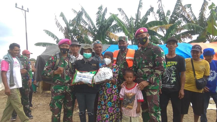 Tempuh Perjalanan 6 Jam, Marinir TNI AL Salurkan Bantuan Kepada Korban Banjir Kalsel Yang Masih Terisolir