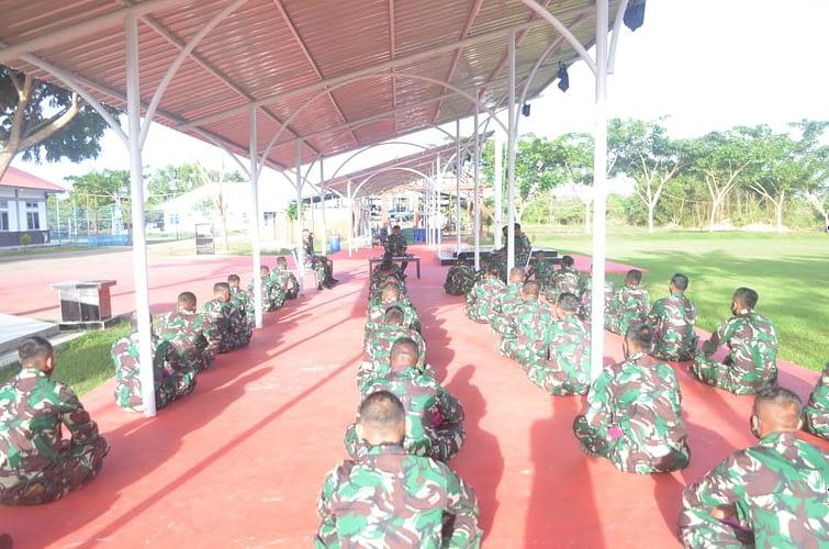 Danyonmarhanlan XI Berikan Jam Komandan Kepada Prajurit Buaya Muara