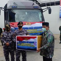 Marinir Hadir Dalam Acara Penyerahan Bantuan Bencana Banjir Kepada Gubernur Kalimantan Selatan