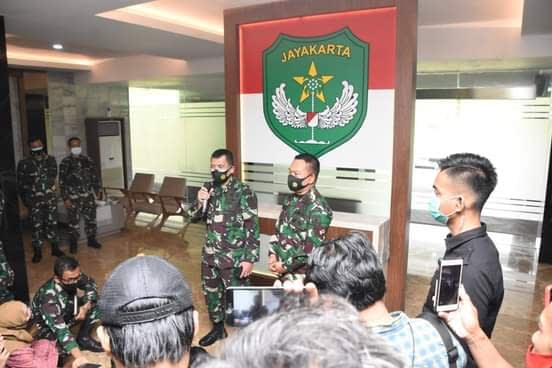 Kapuspen TNI : Penurunan Baliho HRS Yang Dilakukan Pangdam Jaya Didukung Panglima TNI