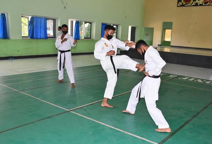 Tingkatkan Kemampuan dan Keterampilan, Prajurit Yonif 5 Marinir Berlatih Beladiri Karate
