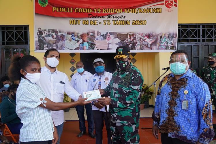 Menyambut Peringatan HUT Ke-75 RI, Pangdam XVIII/Kasuari Bagikan Sembako di Asrama Kaimana, UNIPA