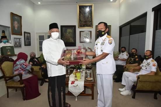 Peringati HUT Ke-75 TNI, Pangkoarmada II Pimpin Ziarah ke Makam Gus Dur