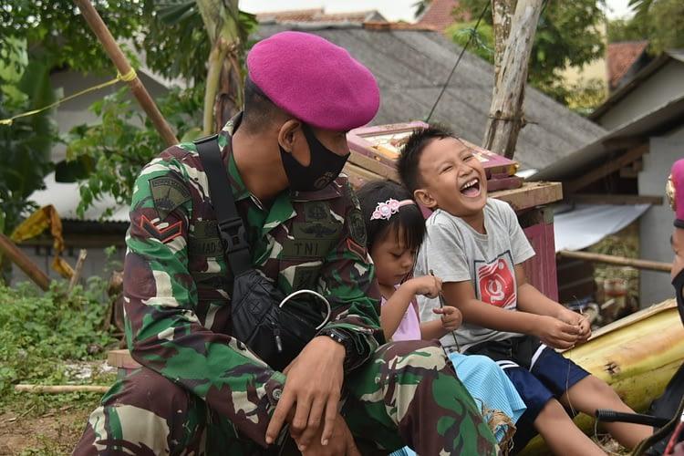 Marinir TNI AL Hibur Anak-Anak Korban Banjir