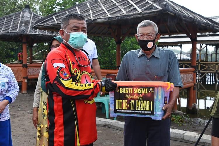 Rangkaian HUT Ke-17 Pasmar 1 Diperingati Dengan Bakti Sosial di Pantai Tanjung Pasir