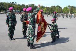 Sandang Predikat Batalyon Unggul, Yonif 5 Marinir Terima Piala Bergilir Dan Vandel Unggul Jaya