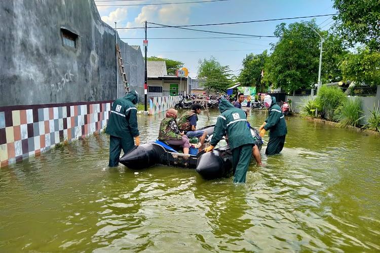 Prajurit Yontaifib 2 Marinir Evakuasi Korban Banjirdi Lamongan