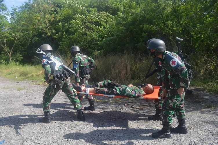 Prajurit Yonkes 2 Marinir Evakuasi Korban di Lapangan Tembak Karangpilang