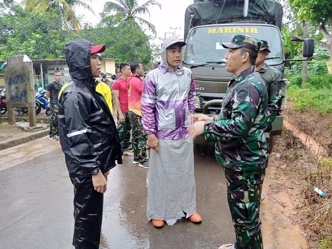Prajurit Yonmarhanlan IV Evakuasi Korban Banjir Yang Melanda Kota Tanjungpinang