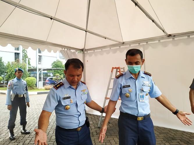 Mitigasi Penyebaran Covid-19, Denma Mabesau Pasang Tenda Dekontaminasi Bantuan Kemhan RI