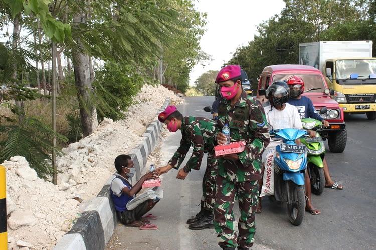 Marinir Peduli Marinir Berbagi Prajurit YonmarhanlanVII Berbagi Kepada Pemulung  di TPA Alak Kota Kupang