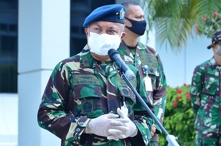 TNI AU Bagikan Paket Sembako untuk Honorer