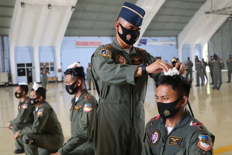 Empat Penerbang Skadron Udara 17 Disematkan Badge Kencana dan Kencana Number
