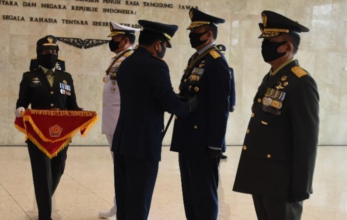 Panglima TNI Sematkan Tanda Kehormatan Bintang Dharma Kepada Kasau