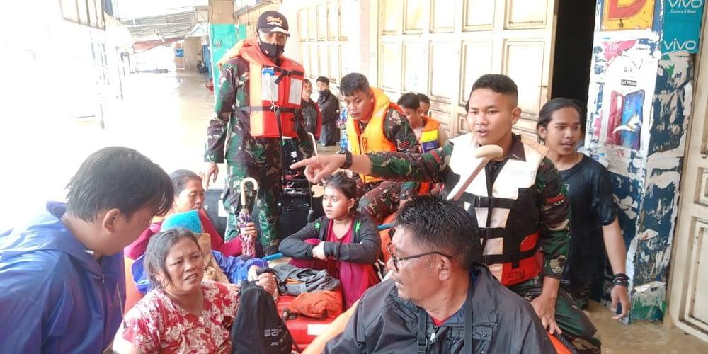 Tim Reaksi Cepat Bencana Lanud Suryadarma Bantu Korban Bencana Banjir Di Pamanukan Subang