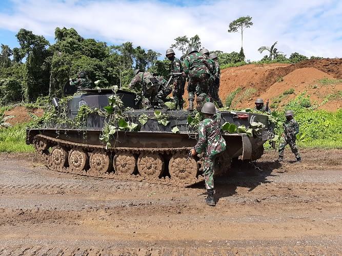 Tingkatkan Kemampuan, Prajurit Lapis Baja Menkav 3 Marinir Laksanakan Latihan Mengemudi Tank