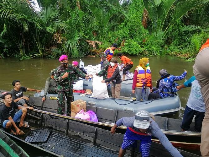 Marinir TNI AL Terus Distribusikan Sembako