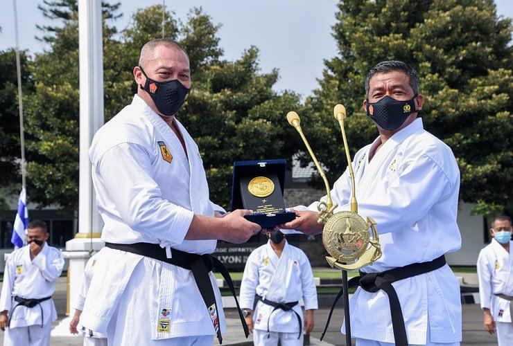 Peringati HUT Ke-50, Ketua Umum INKAI Berlatih Karate Bersama Prajurit Petarung Pasmar 1