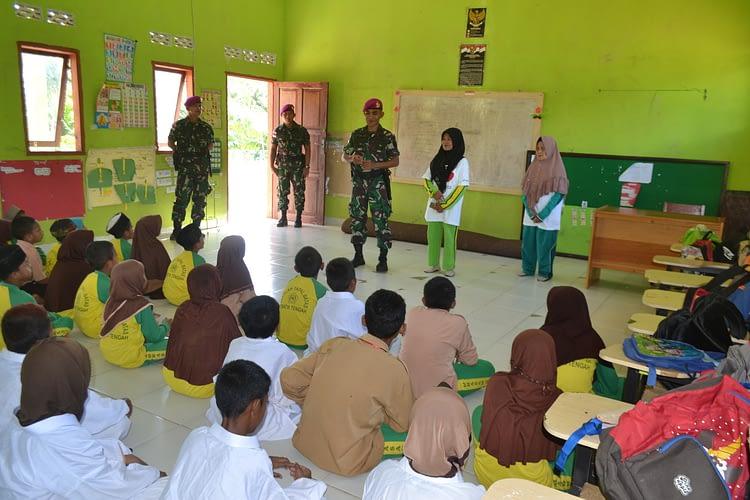 Peduli Pendidikan, Anggota Marinir Satgasmar Ambalat XXV Jadi Guru