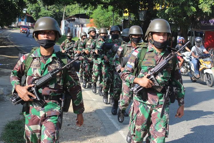 Prajurit Resimen Artileri 3 Marinir LPD Menembak
