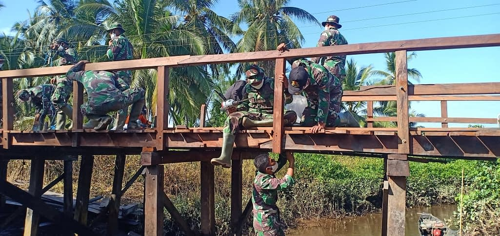 Berpacu Dengan Waktu, Satgas TMMD Kodim 1015/Sampit Maksimalkan Pengerjaan Jembatan