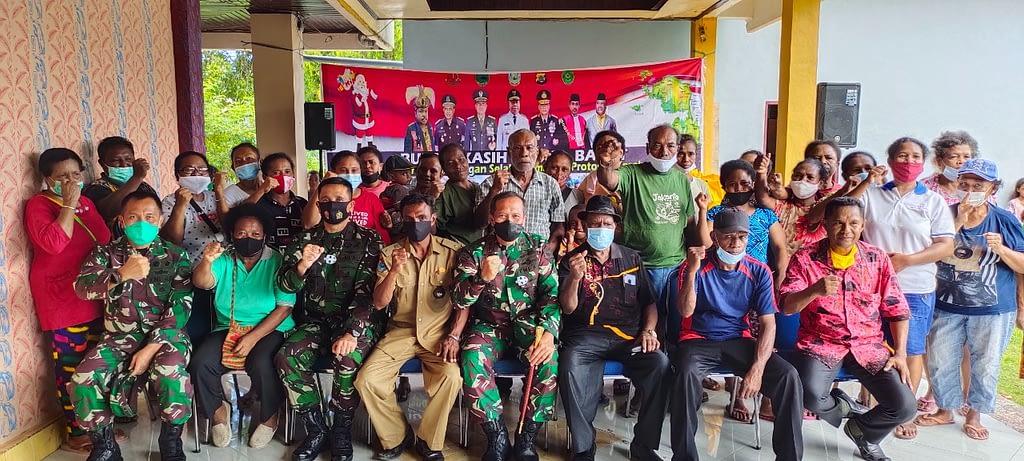 Dalam rangka menyambut HUT Ke-4 Kodam XVIII/Kasuari dan Bulan Kasih Papua Barat, Pangdam Berikan Bantuan Sembako kepada masyarakat di 3 Suku Wilayah Papua Barat