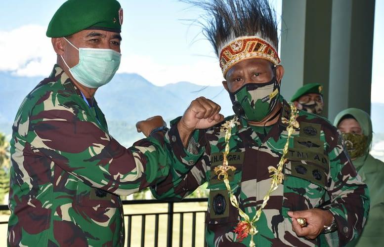 Topi Adat dan Panah Tradisional Sambut Pangdam XVIII/Kasuari Baru, Mayjen TNI Ali Hamdan Bogra