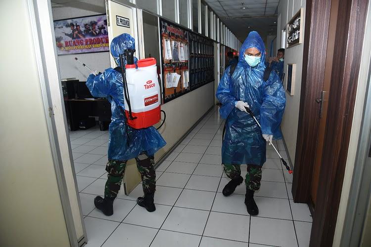 Antisipasi Penyebaran Virus COVID-19, Marinir Adakan Penyemprotan Disinfektan