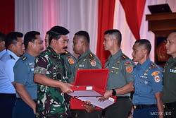 PANGLIMA TNI MEMBERIKAN PENGHARGAAN KEPADA MARINIR