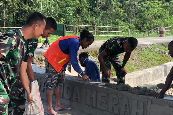 Jelang HUT Satuan, Jalan Masuk Pos KM Satgas Yonif 403/WP Dapat Bantuan Perkerasan Dari Warga Perbatasan